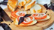 Фото рецепта Закусочные бутерброды с помидором и луком