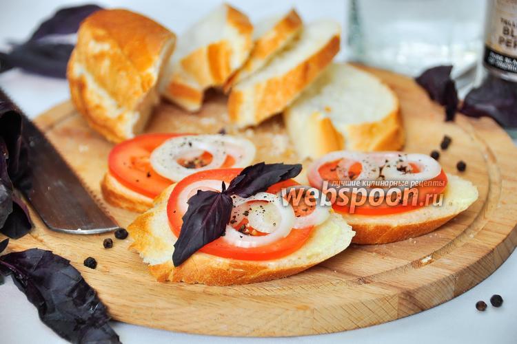 Фото Закусочные бутерброды с помидором и луком