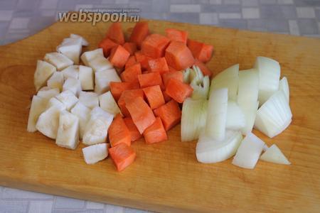 Крупно нарезать лук, морковь, сельдерей.