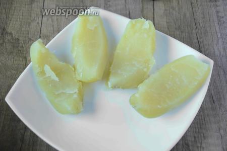Тем временем картофель режем на 4 части. Срезаем верхнюю часть.