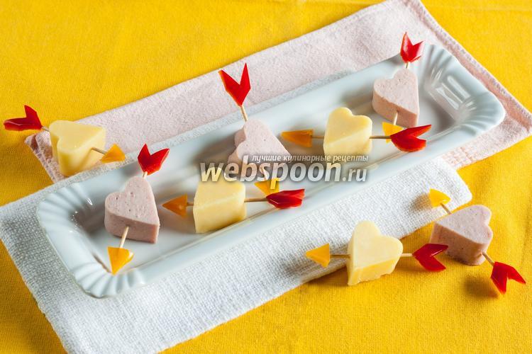 Фото Канапе с сыром и колбасой «Стрелы Амура»