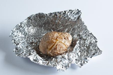 Вторая минута хозяйкиного внимания приходящаяся на долю каждой картошины — это момент перед сервировкой: картошку извлекают из духовки, разворачивают и разрезают по диагонали крест-на-крест на полную глубину. Всё, после этого картошку можно подавать гостям. В фольге или без фольги — зависит исключительно от того, через сколько минут вы собираетесь приступить к трапезе. Можно, например, сервировать картошки разрезанные, но ещё завёрнутые, тогда фольга пару лишних минуток будет удерживать тепло.