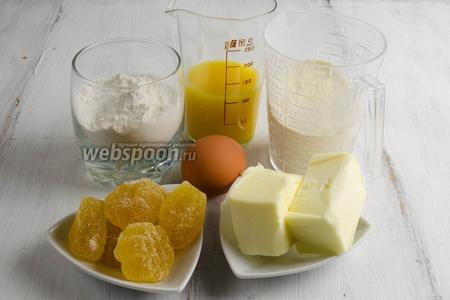Чтобы приготовить печенье, нужно взять поровну кукурузную и пшеничную муку, разрыхлитель, сахар, масло сливочное, яйцо, апельсиновый сок, цедру апельсина; для начинки — мармелад.
