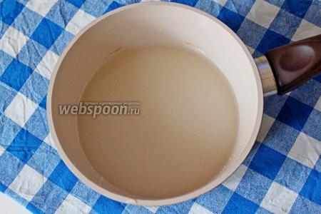Смешиваем воду с сахаром и ставим на плиту, дать закипеть и убавить огонь до минимального, помешивая, варим сироп 5-6 минут.
