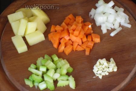 Мелко нарезать лук, сельдерей, чеснок, морковь и картошку.