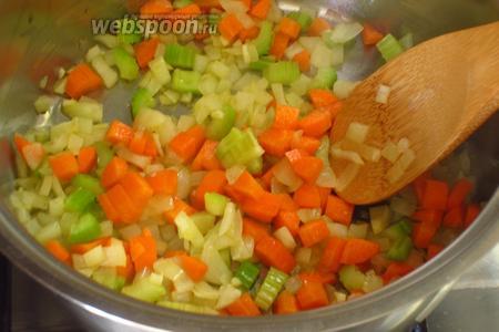 Добавить морковь и готовить 3 минуты.