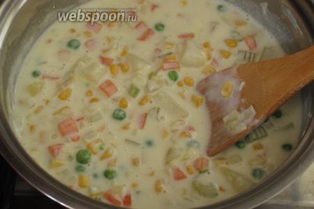 Добавить горошек и кукурузу и готовить ещё 5 минут. Посолить по вкусу.