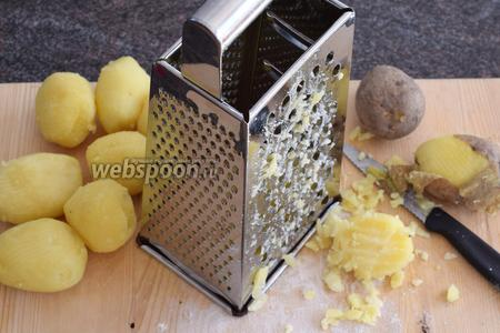 Картофель очистим от кожуры ножом и натрём на крупную тёрку.