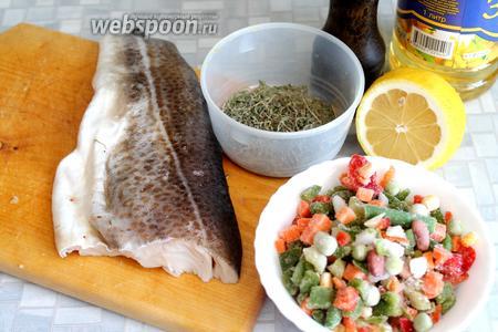Для блюда взять треску, овощную смесь, лимонный сок, масло, пряности.