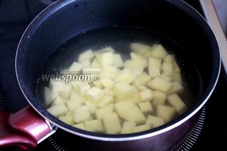 Картофель отварить в воде (2-3 чашки) до полуготовности.