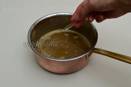 Добавить в соус экстракт ванили, затем экстракт рома. Снять с огня и дать немного, совсем чуть-чуть, остыть.