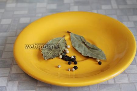 Приготовить зёрна перцев и лавровый лист.