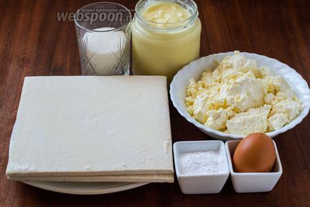 Для приготовления пирога нам нужно слоёное тесто, творог, сахар (от 0,5 до 1 стакана — по вкусу), крахмал, яйцо и 0,5 литра готового заварного крема.