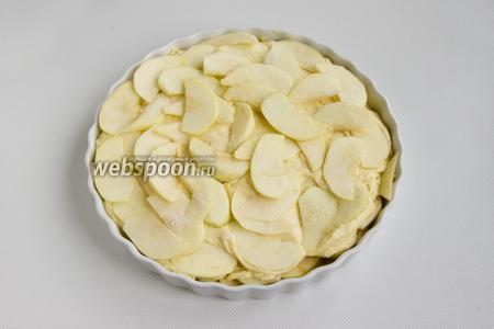 Сверху нужно выложить и разровнять вторую половину теста, а затем разложить оставшиеся дольки яблок.