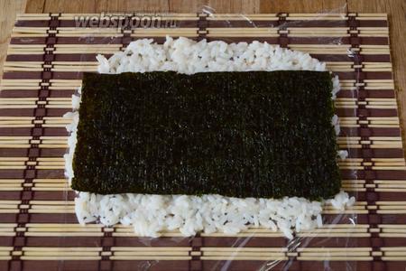 На рис кладём лист нори.