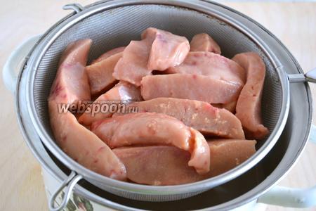 Нарежьте полосками и хорошенько промойте в холодной воде.