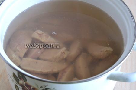Затем отварите в кипящей посоленной воде, минуты 3-4.
