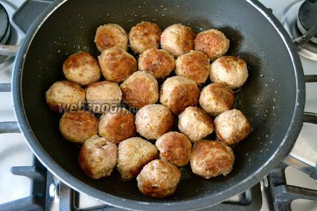 Тем временем поставить на огонь кастрюлю с водой для приготовления спагетти. В другой сковороде разогреть немного оливкового масла и обжарить тефтельки со всех сторон до золотистого цвета, около 10 минут.