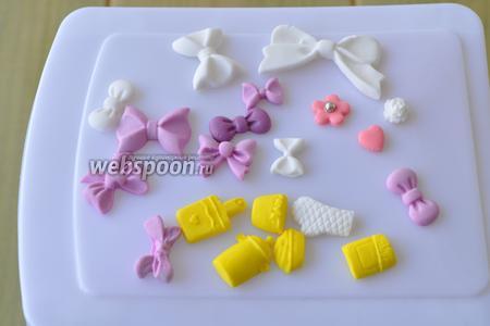 Заранее приготовим украшения из сахарной мастики, а можно использовать и готовые.