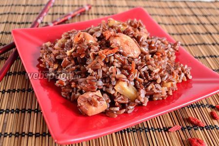 Красный рис с курицей, ананасом и годжи