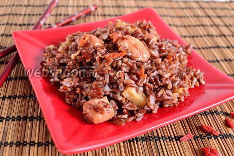 Фото Красный рис с курицей, ананасом и годжи