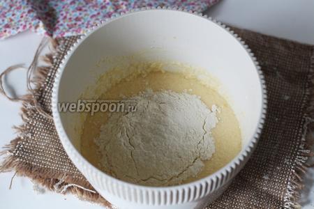 Отдельно просеиваем пшеничную муку и перемешиваем с разрыхлителем. Частями вводим к масляно-сахарной смеси. Перемешиваем сначала миксером, потом перекладываем на рабочую поверхность и вымешиваем руками.
