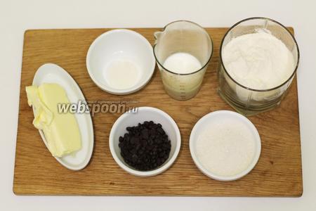 Для приготовления нам понадобятся такие продукты: масло сливочное, молоко, сахар, мука пшеничная, разрыхлитель, шоколадные дропсы, варёное сгущённое молоко, шоколад чёрный, глазурь шоколадная, кондитерская посыпка.
