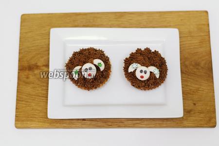 На монетках из белого шоколада делаем личико. С помощью остывшего растопленного шоколада присоединяем глазки, ротик и украшаем ушки. Капкейки с шоколадом «Овечки» готовы. Приглашаю на дегустацию. Приятного чаепития и хороших праздников.