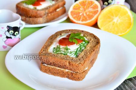 Бутерброд с яйцом и сметанно-грибным соусом
