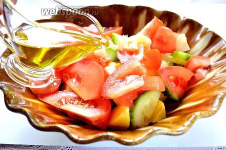 Соединяем все овощи в салатнике, солим и перчим. Заправляем подсолнечным маслом и перемешиваем.