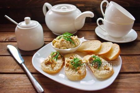 Фото рецепта Куриный паштет с сыром, огурцом и орехами
