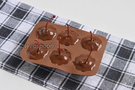 Заполнить шоколадом формочку полностью.