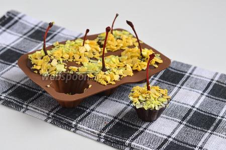 Вытянуть конфеты из формочек. Конфеты легко отходят от стенок формы.