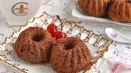 Фото рецепта Шоколадные маффины с консервированной вишней