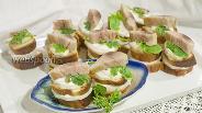 Фото рецепта Канапе из томатного хлеба, скумбрии и дайкона