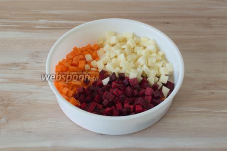 Так как я готовлю овощи на пару, то для этого я сырую морковь, свёклу и картофель нарезаю кубиками и кладу всё сразу во вставку для готовки овощей на пару. И отправляю в мультиварку готовиться.