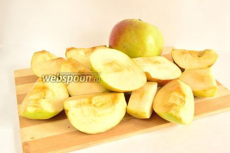 Яблоки вымыть и разрезать на четвертинки. Вырезать сердцевину.