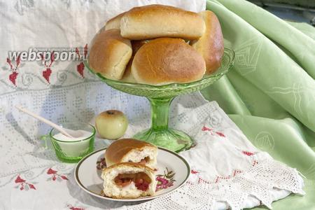 Фото рецепта Пирожки духовые с консервированной вишней и яблоками
