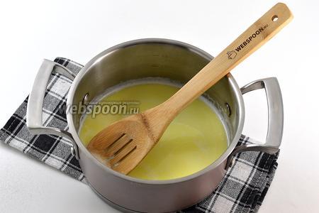 Соединить молоко, масло и соль. Довести до кипения.