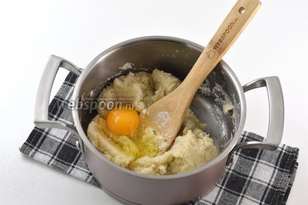 По 1 вмешать яйца. Следующее яйцо вмешивать только после того, как вмешается первое.