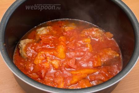 Далее снять с огня и переложить соус в мультиварку на тефтели. Закрыть крышку и поставить режим «тушение» на 45 минут.
