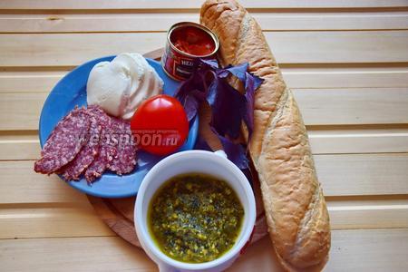 Для ленивой пиццы не поленимся взять багет, помидор, Моцареллу, колбасу сырокопчёную, томатную пасту, базилик, соус Песто.