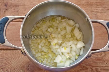 На растительном масле в сотейнике обжарить лук до прозрачности. Не нужно его румянить сильно.
