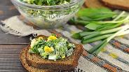 Фото рецепта Зелёный салат из черемши, лука и петрушки