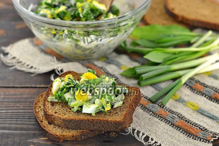 Фото Зелёный салат из черемши, лука и петрушки