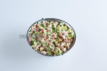 Тщательно промешиваем все салатные компоненты окрошки и даём им постоять 30 минут. Ну, по крайней мере, я больше люблю настоявшуюся окрошечную заправку.