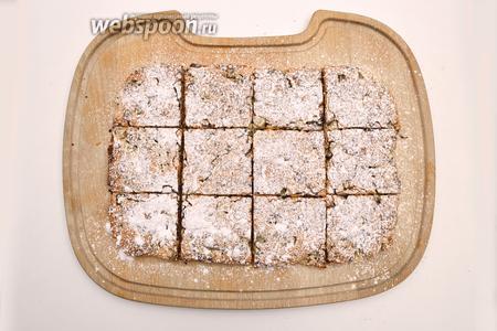 Затем посыпать его сахарной пудрой и нарезать на квадраты.