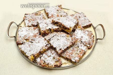 Кокосово-ананасовый пирог с шоколадным орнаментом на срезе готов. Пора наливать чай или кофе и наслаждаться чудесным ароматом и вкусом. Приятного всем аппетита!