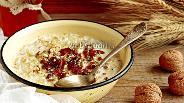 Фото рецепта Овсяная каша с финиками и орехами (постная)