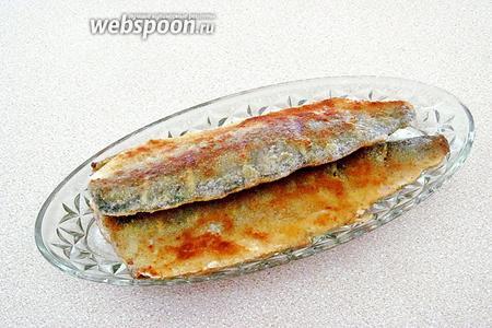Обжарить филе с обеих сторон в масле до подрумянивания. Подать с солёными огурцами и ржаным хлебом. На гарнир очень хорошо подходит картофельное пюре.